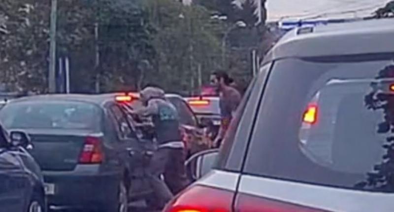 Dezvăluire bombă! S-a aflat de ce pasagerii din mașină au fost bătuți de cei doi tineri, în traficul din București