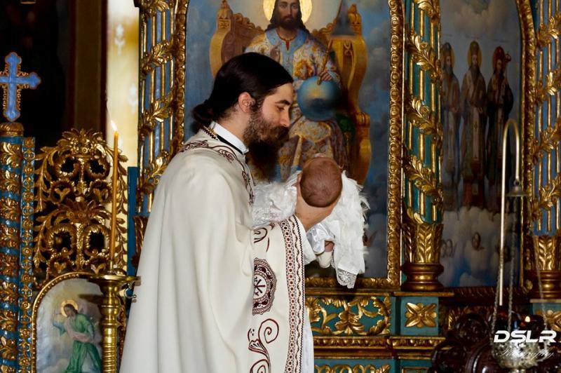"""Alexandru, fratele Monicăi Anghel, și-a botezat cea de-a treia fetiță.  La petrecere au venit și colegii de la """"Te cunosc de undeva!"""""""