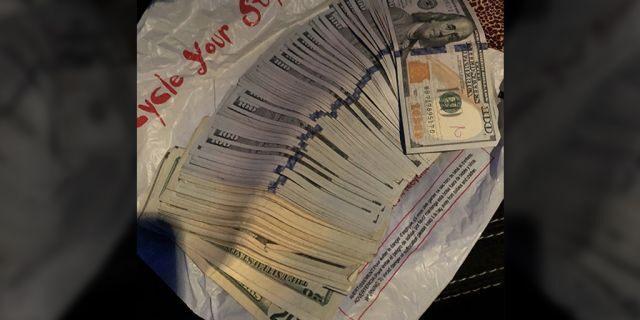 """Angajata unui second-hand a găsit 7.000 de dolari într-o haină donată: """"Am mai găsit  un bilețel, o gumă, dar niciodată o sumă atât de mare de bani"""""""