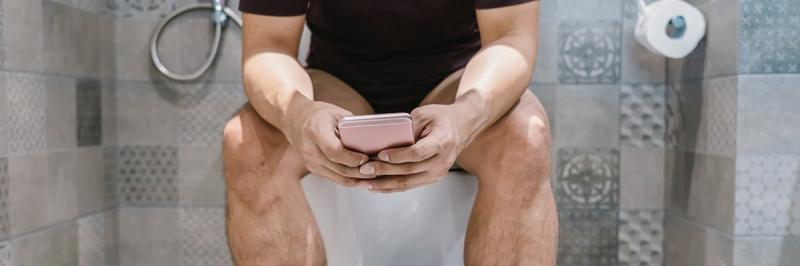 Ce se întâmplă dacă stai pe telefon când folosești toaleta! Greșeala ce te trimite urgent la medic