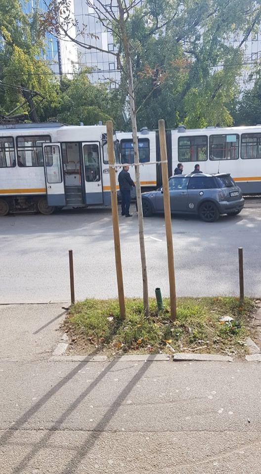 FOTO EXCLUSIV   Un șofer începător a blocat circulația tramvaiului în Pipera! Ce făcea în acest timp. Când a venit la mașină, toată lumea a aplaudat
