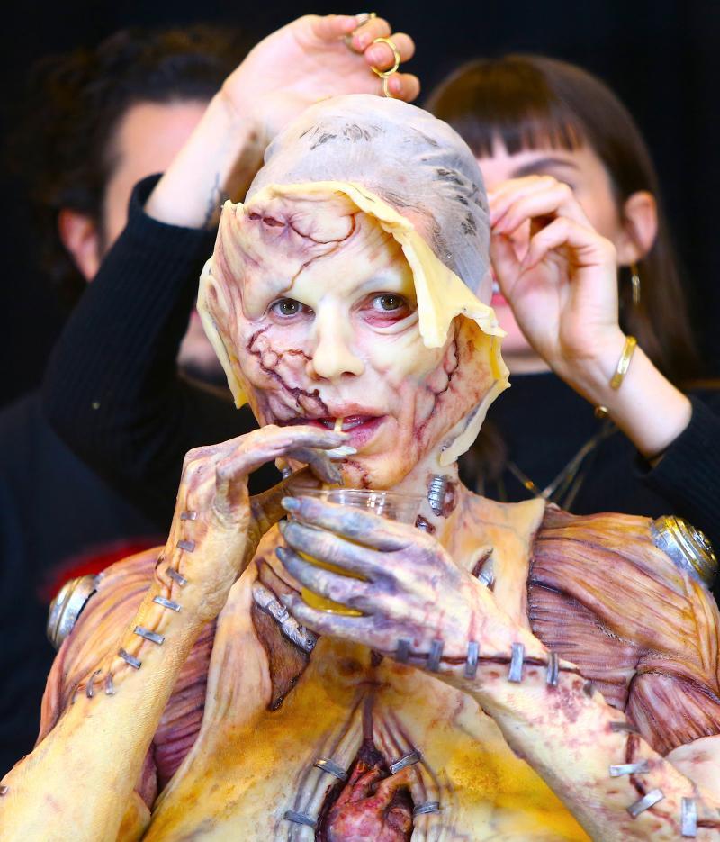 """Sub această mască horror se ascunde una dintre cele mai frumoase femei din LUME! Este considerată """"regina Halloween-ului"""""""