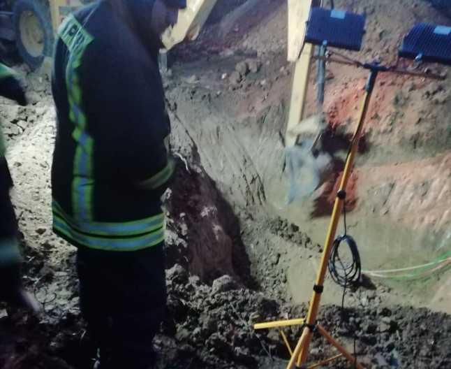 Intervenție maraton! Pompierii au săpat timp de ZECE ore pentru a scoate cadavrul unui bărbat dintr-o fântână de 13 metri