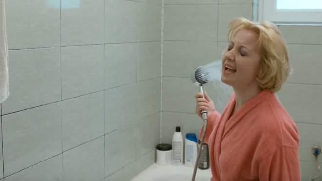 Ce s-a întâmplat în Mangalița, episodul nouă. Primarul Stelu are asigurare că va câștiga mandatul, Emilia o vorbește de rău pe Flori, iar Doina are parte de un accident de proporții în baie