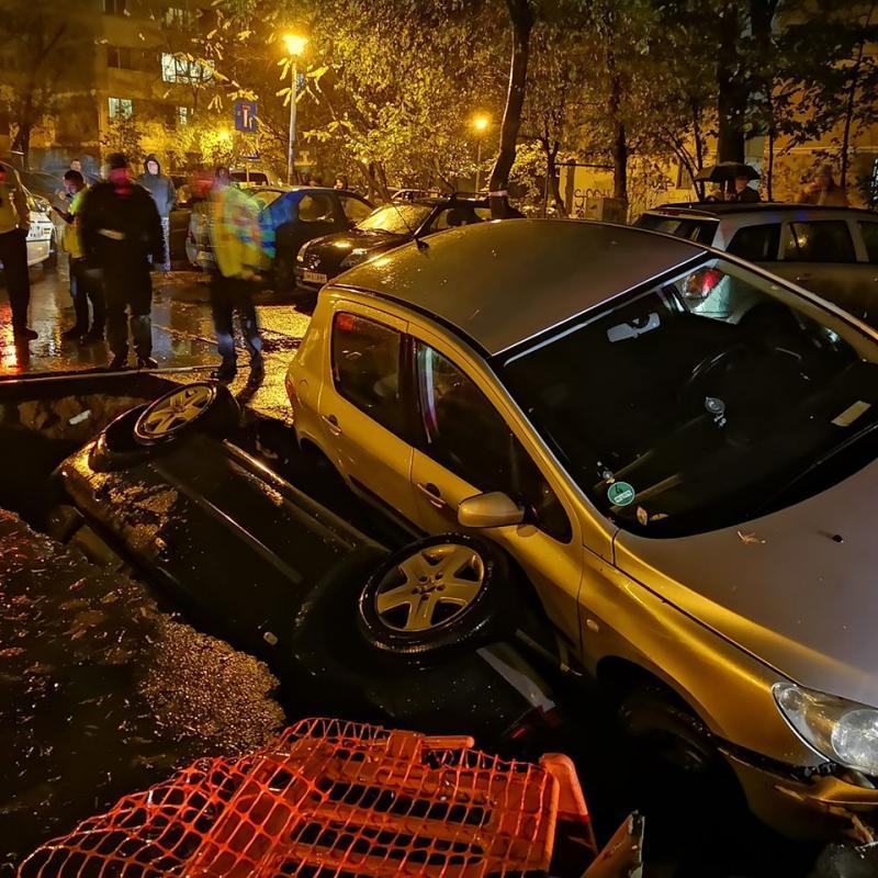 """Mașini căzute într-o groapă făcută de RADET, în Sectorul 6 al Capitalei! """"Lăsați sărbătoarea..."""""""