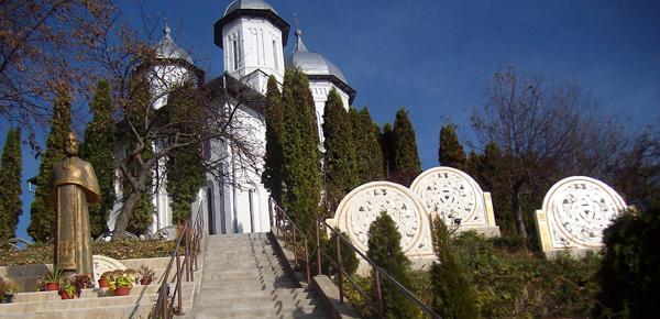Vaideeni, un altfel de Prislop. Cea mai mare statuie a lui Arsenie Boca și trei rozete modelate chiar de părinte, cheamă creștinii la închinare