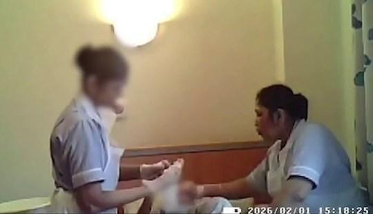 Angajate, surprinse cu camera ascunsă în timp ce agresau fizic o bătrână de 94 de ani FOTO