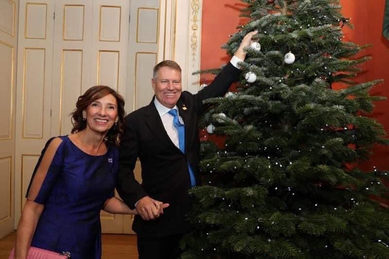 """Carmen Iohannis a postat pe Facebook o fotografie """"amuzantă"""" de la Londra. Prima Doamnă a României a stat de vorbă cu Melania Trump și cu Regina Elisabeta"""