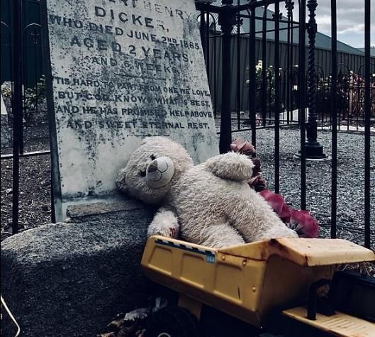 Copilul a murit de peste 100 de ani, dar la mormânt apare zilnic un obiect ce-i înfioară pe localnici