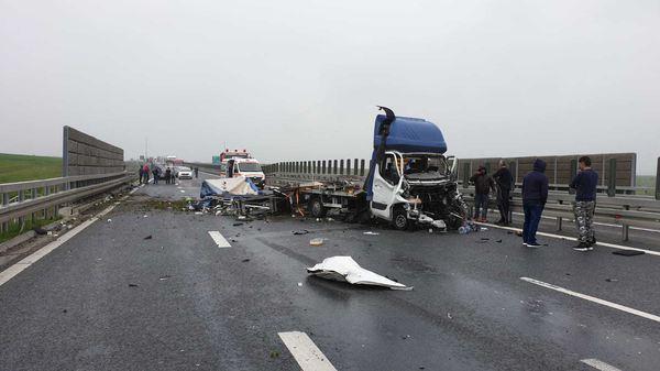 Microbuz cu zece pasageri, spulberat pe autostrada A1! Echipajele SMURD intervin la fața locului - Foto