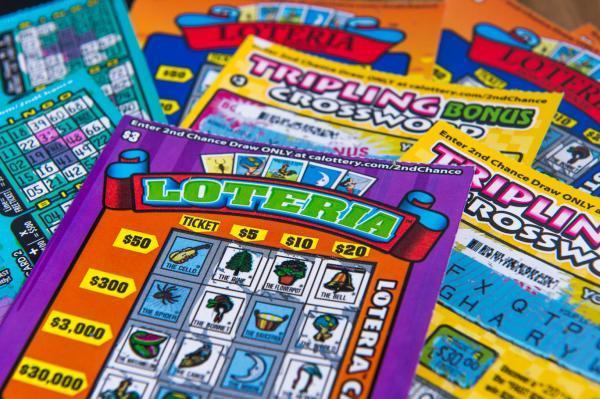 Un tânăr a câștigat la loterie, dar iubita l-a dat afară din casă! Motivul este incredibil