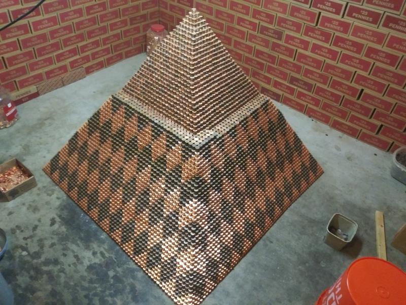 """A pus bănuț peste bănuț și a reușit să construiască o piramidă demnă de Cartea Recordurilor: """"Așa mi-am petrecut doi ani din viață"""""""