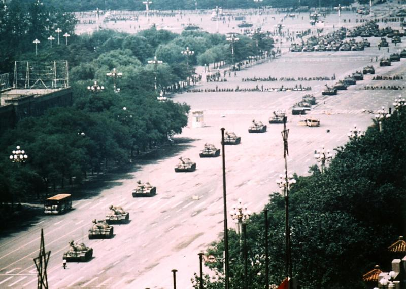 """Omul care a oprit coloana de tancuri. """"L-ați executat?"""" """"Nu, nu cred, adică nu știu"""""""