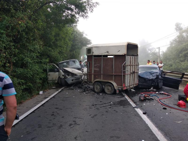 Accident mortal! O persoană a murit și alte două sunt rănite! Un microbuz și două mașini s-au ciocnit la Arad (FOTO)