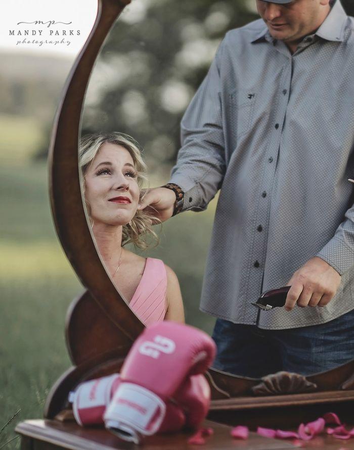 """Diagnosticată cu cancer mamar, o femeie s-a lăsat rasă în cap de soțul ei, în cadrul unei ședințe foto: """"I-am surprins durerea, frumusețea și curajul!"""""""
