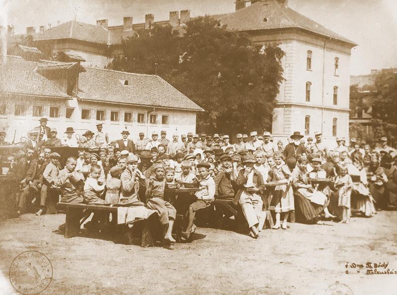 100 de ani de când românii au atârnat o opincă pe Parlamentul de la Budapesta, eliberându-le țara de comuniști