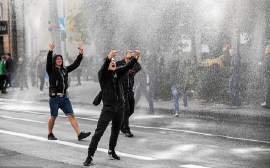 Contramaifestaţie homofobă dispersată cu tunul cu apă şi gaze lacrimogene la o defilare Gay Pride în Polonia