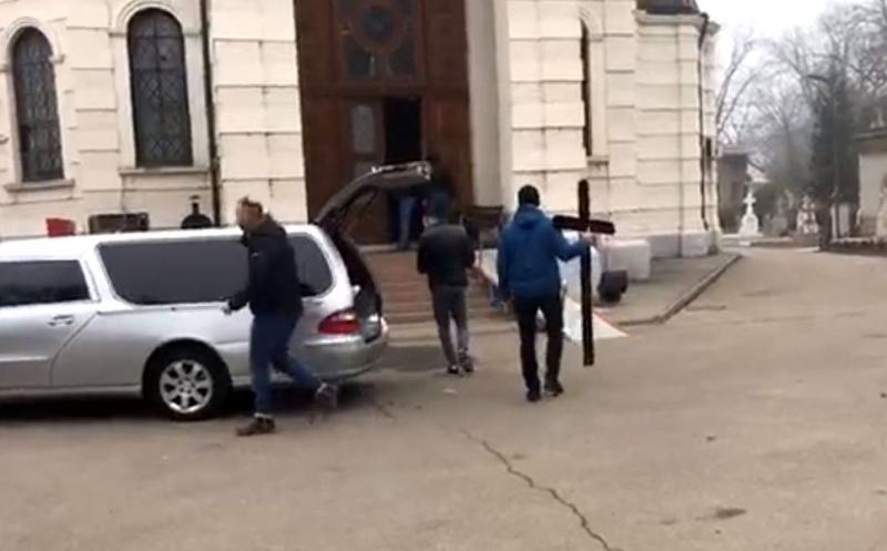 Primele imagini ale durerii! Sicriul cu trupul neînsuflețit al Cristinei Țopescu a ajuns la cimitirul Bellu. Andreea Berecleanu a venit la capelă