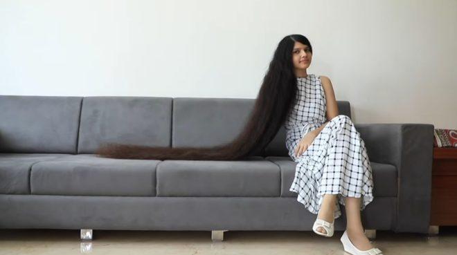 """La o parte, Rapunzel! O adolescentă splendidă din India, în Cartea Recordurilor pentru părul ei! Cum îl îngrijește. """"Totul a început de la o tunsoare nereușită"""" – FOTO"""
