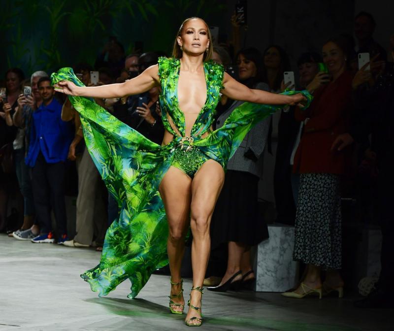 Jennifer Lopez, defilare pe scenă într-o rochie verde extrem de sexy