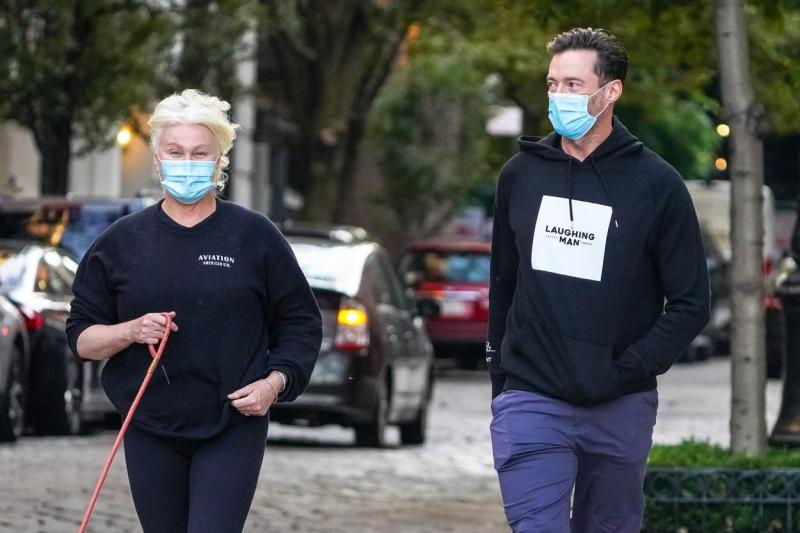 Hugh Jackman și soția sa, Deborra-Lee Furness, surprinși de paparazzi în Manhattan, în timp ce își plimbă câinii