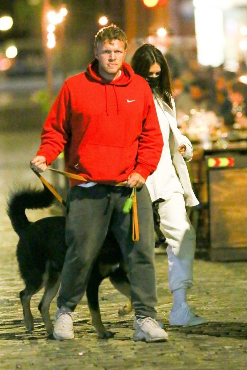 Emily Ratajkowski și soțul ei, Sebastian Bear-McClard, fotografiați în timp ce plimbă patrupedul familiei, în Manhattan