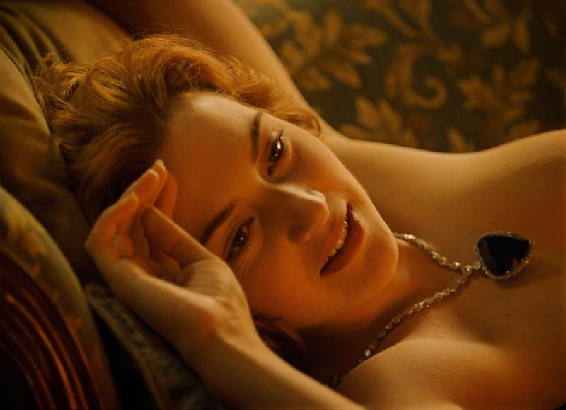 Rose (Kate Winslet), complet dezbrăcată, în scena din Titanic în care Jack îi realizează portretul