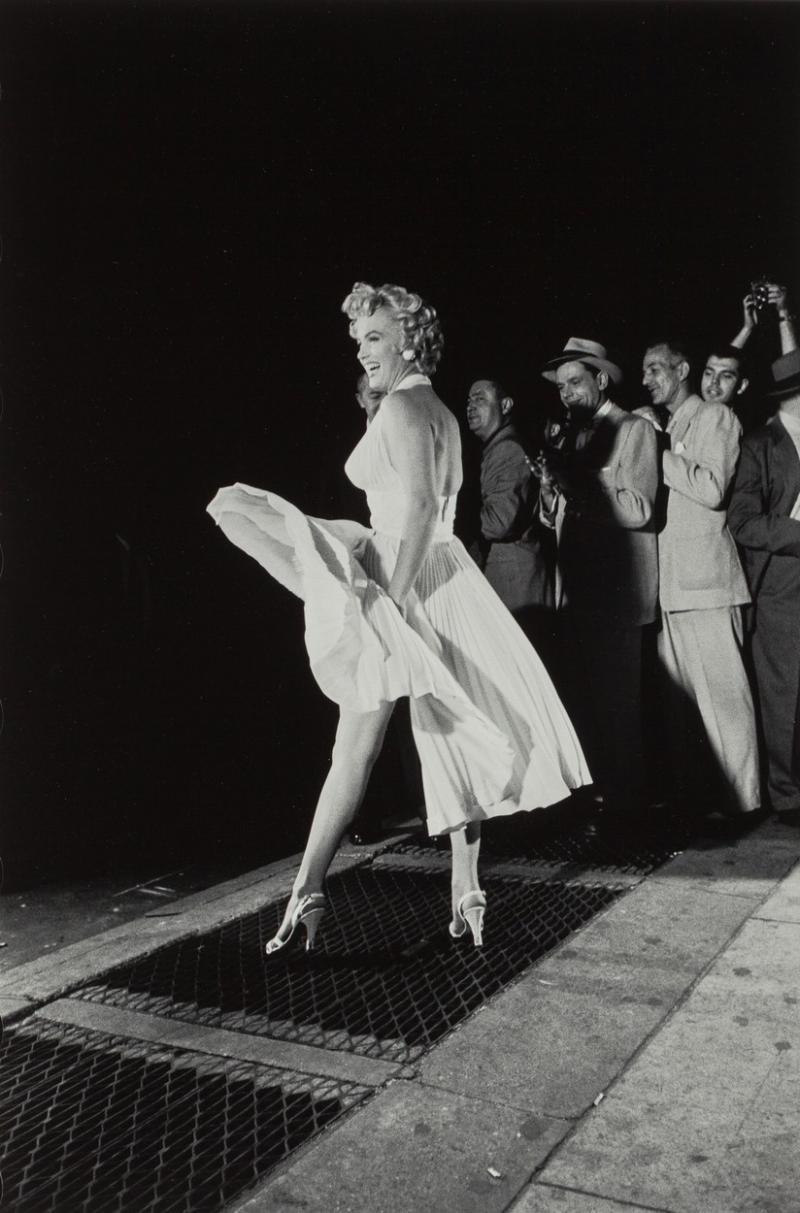 Marilyn Monroe, în scena celebră în care își ține cu mâinile rochia albă