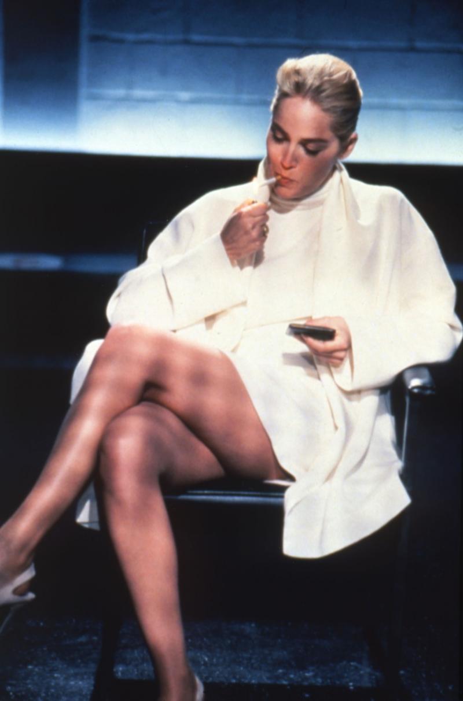Sharon Stone în ''Basic Instinct'', în scena interogatoriului, în care stă picior peste picior, fumând