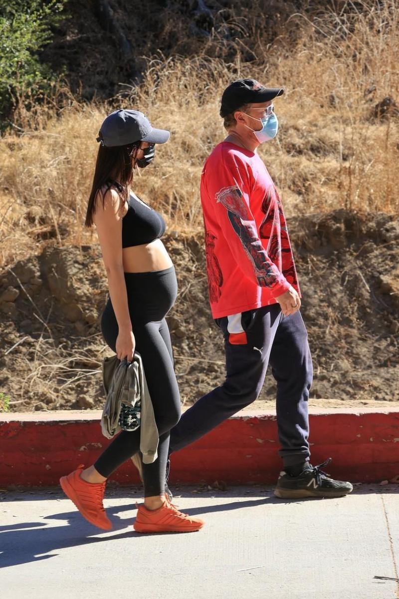 Emily Ratajkowski, însărcinată și îmbrăcată într-o ținută sport, mulată, cu șapcă și ochelari de soare, alături de soțul său