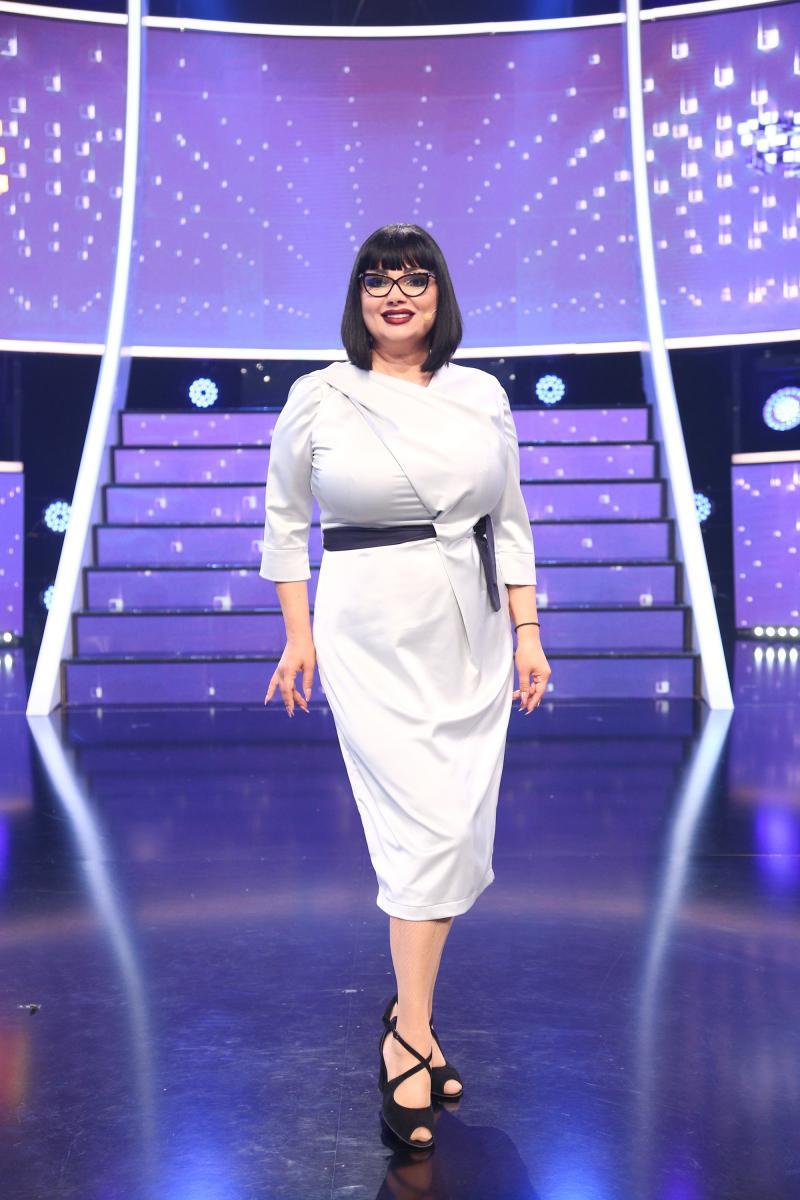 Ozana Barabancea, purtând rochie albă, peste genunchi și o centură în talie, în gala 13 TCDU