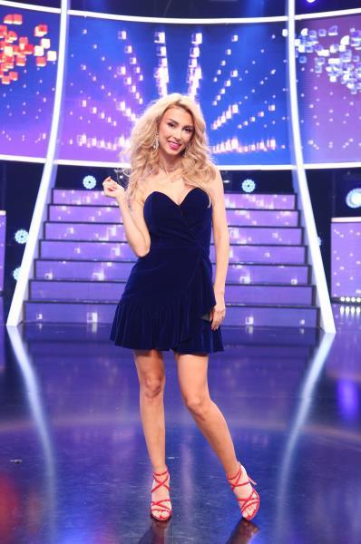 Andreea Bălan, purtând o rochie albastră, scurtă și fără bretele în a 13 ediție a sezonului 15 TCDU