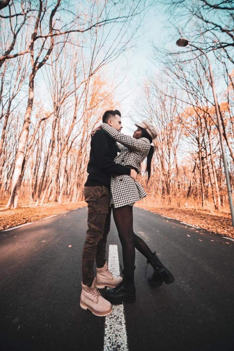 Florin ristei si iubita sa, Naomi Hedman, in timp ce se imbratiseaza dragastos