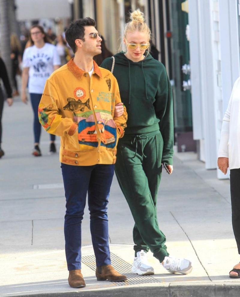 Joe Jonas va deveni tătic. Hainele au dat-o de gol pe Sophie Turner
