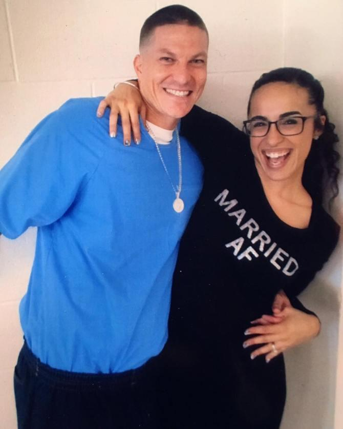 """Nina s-a îndrăgostit de un bărbat condamnat la 23 de ani de închisoare și n-a putut să-l lase: """"Suntem căsătoriți și ne vedem în fiecare weekend!"""""""