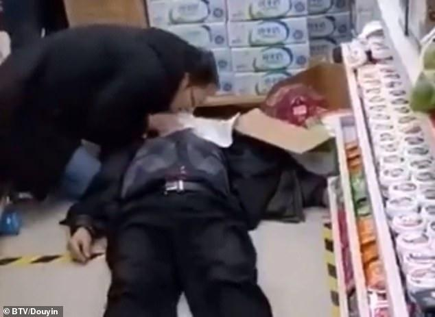 """""""La o parte, coronavirus!"""". Un medic a preferat să își riște viața, ca să salveze un bătrân, într-un magazin! Video"""