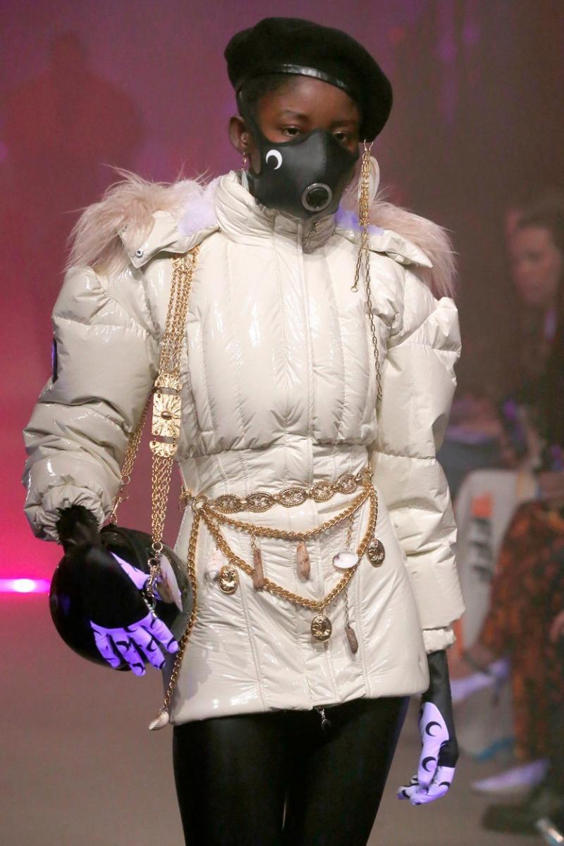 Industria modei începe să profite de epidemia de coronavirus și de naivitatea oamenilor: A scos măști medicale ca accesoriu de fashion
