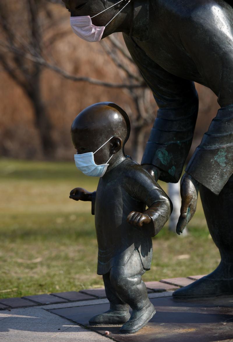 Alertă maximă în China! Au pus măști statuilor pentru a transmite un mesaj populației