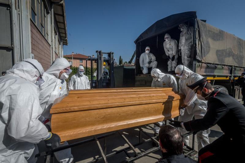 """Scenă dramatică în Italia! """"Băiețelul face cu mâna. Adio!"""" O familie își ia rămas bun de la UN sicriu, băgat de militari în camionul de armată"""