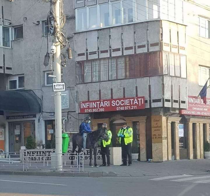 Bărbatul surprins pe cal, în Iași, mergea la maternitate, unde îi născuse soția. Venise de la țară călare, pentru că autobuzele nu mai circulă