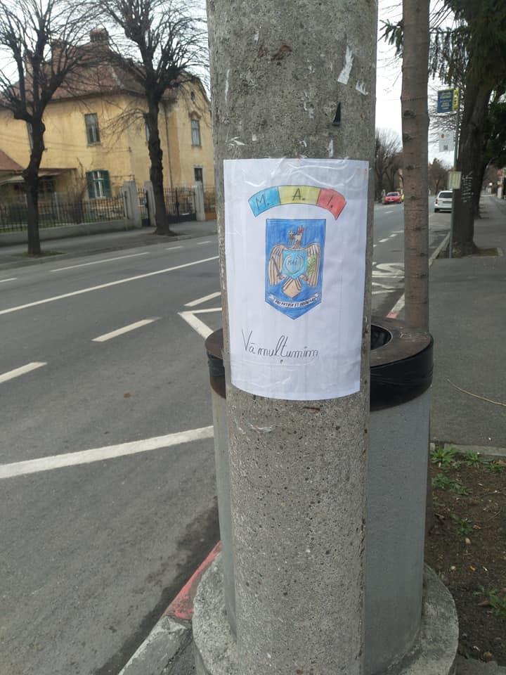 Gest emoționant pe timp de coronavirus! Ce a lipit un student din Sibiu pe stâlpii din oraș