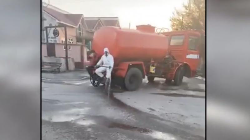 """Dezinfecție de tot râsul pe străzile din Turnu Măgurele! Imaginile ce i-au scandalizat pe români: """"Asta e batjocură"""""""