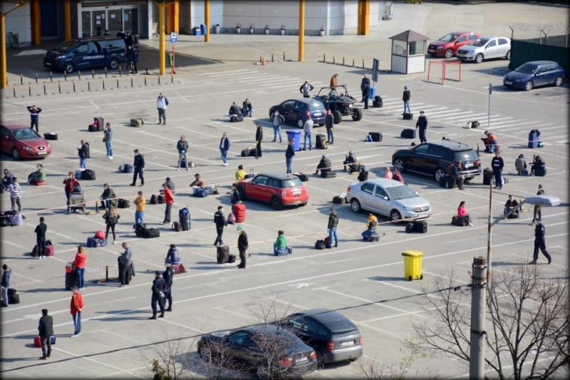 """""""Pregătiţi-vă că plecaţi până la urmă!""""Reacția românilor strânși pe aeroportul din Cluj când au aflat că sunt lăsați să plece la muncă în Germania"""