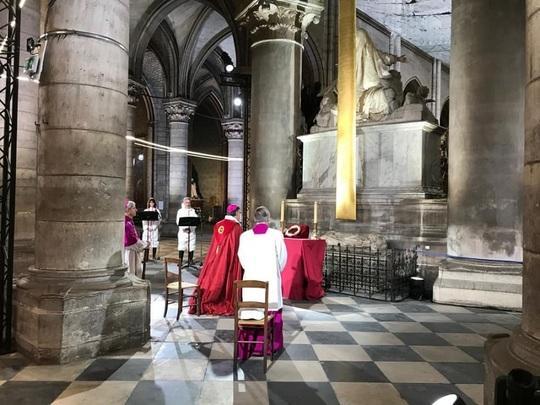 Slujbă emoționantă în Catedrala Notre-Dame, în fața Coroanei de spini, în Vinerea Mare a catolicilor, la un an de la incendiu! FOTO
