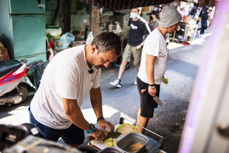 """Ca la Chefi la cuțite! Sorin Bontea a făcut instrucție în bucătărie cu Răzvan Fodor: """"Hai, o sută de marafeți din ăștia! Mai repede!"""""""