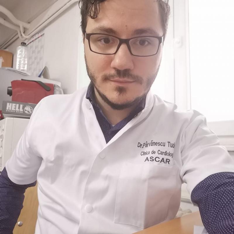 """Un medic din Timișoara și-a lipit fotografia de echipamentul de protecție pentru ca bolnavii să-i vadă chipul. Imaginea face furori pe Facebook: """"Bravo, doctore!"""""""