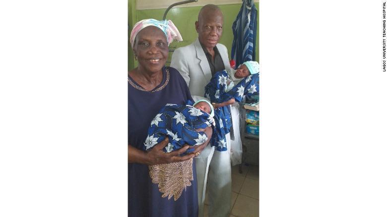 """O femeie a născut gemeni la vârsta de 68 de ani. Soțul ei, în culmea fericirii: """"Toată viața am crezut că acest vis va deveni realitate!"""""""