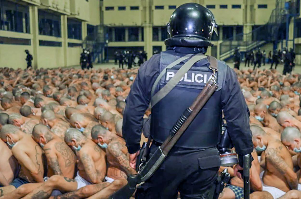 Protecție împotriva COVID-19? Nu și pentru ei! Deținuți din El Salvador, îngrămădiți, la pământ, aproape goi! Imagini tulburătoare! FOTO