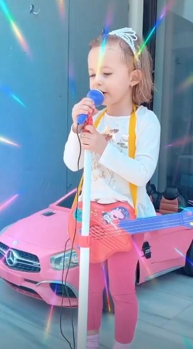 """Activități fun în autoizolare! Ce face Andreea Bălan în carantină. Fiica cea mare, îi calcă pe urme. """"Mă imită!"""""""