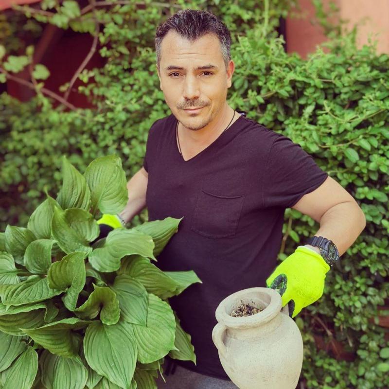 """Răzvan Fodor, așa cum nu l-ai mai văzut! """"Vă pupă băiatu' de la amenajări grădini și spații verzi!! Florile € viața mea""""  FOTO"""